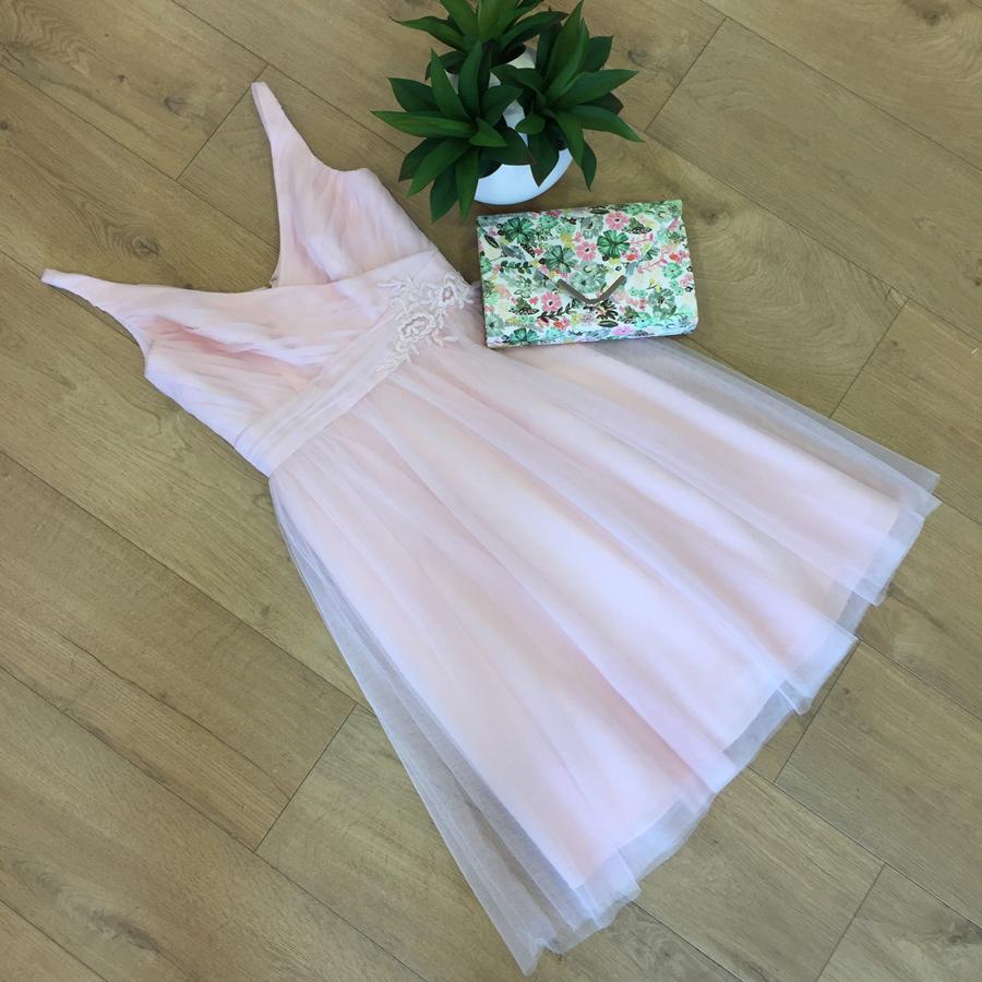 vestido corto rosa con falda de tul y cuerpo cruzado