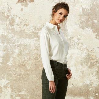 camisa blanca con detalles de perlas en canesu