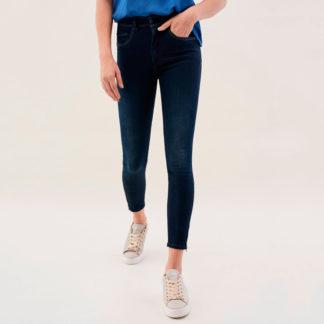 Jeans de cintura alta y efecto push in salsa