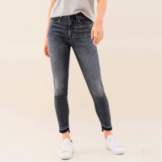 Jeans push in bajo desigual