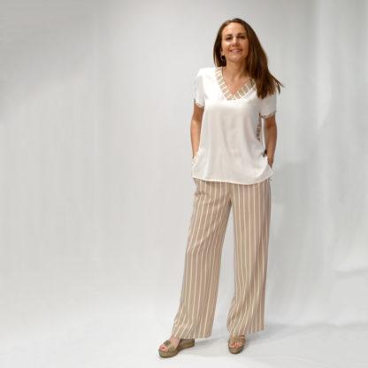 Blusa marfil con detalles rayas beige Hongo
