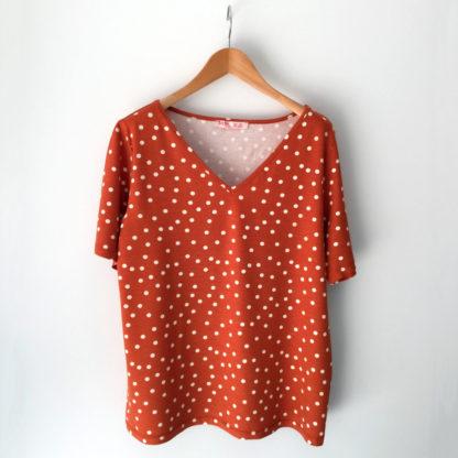 Camiseta de escote de pico con estampado lunares en color teja de Md'm
