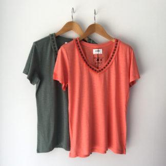 Camiseta cuello pico con vivo Trovels