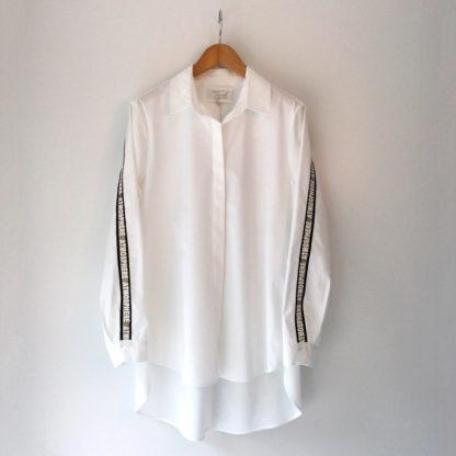 Camisa blanca con banda dorada en mangas Trovels