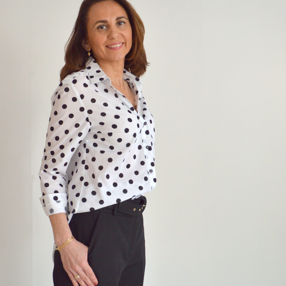 Camisa blanca de lunares negros trovels en gus gus boutique