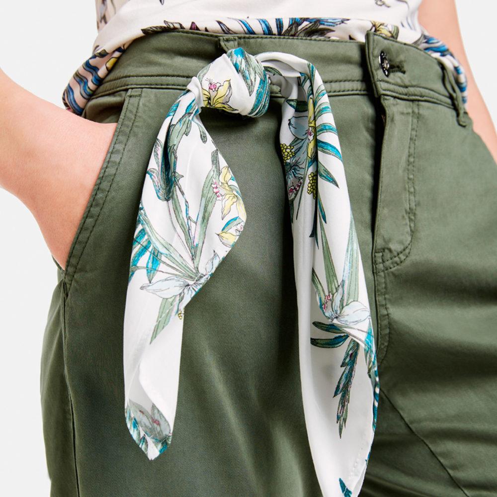 Pantalón chino kaki con pañuelo decorativo Taifun en gus gus boutique