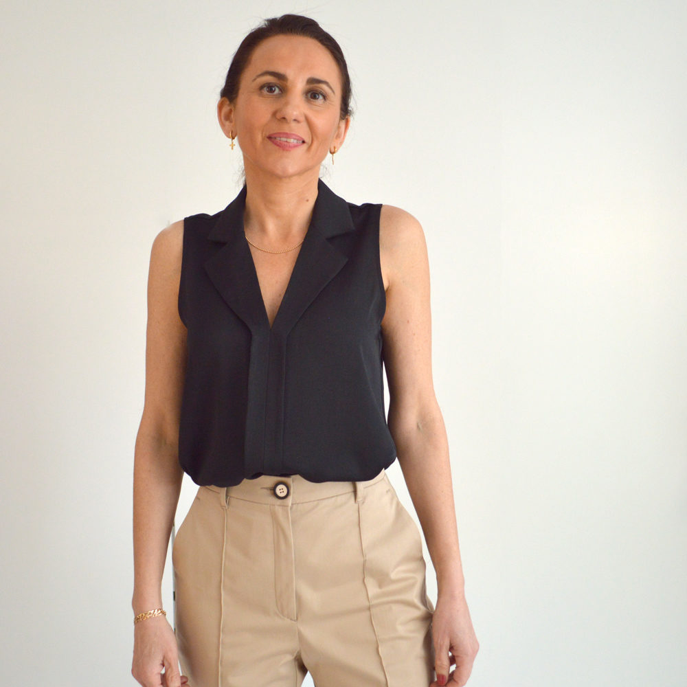Top fluido negro cuello solapa Troves en gus gus boutique