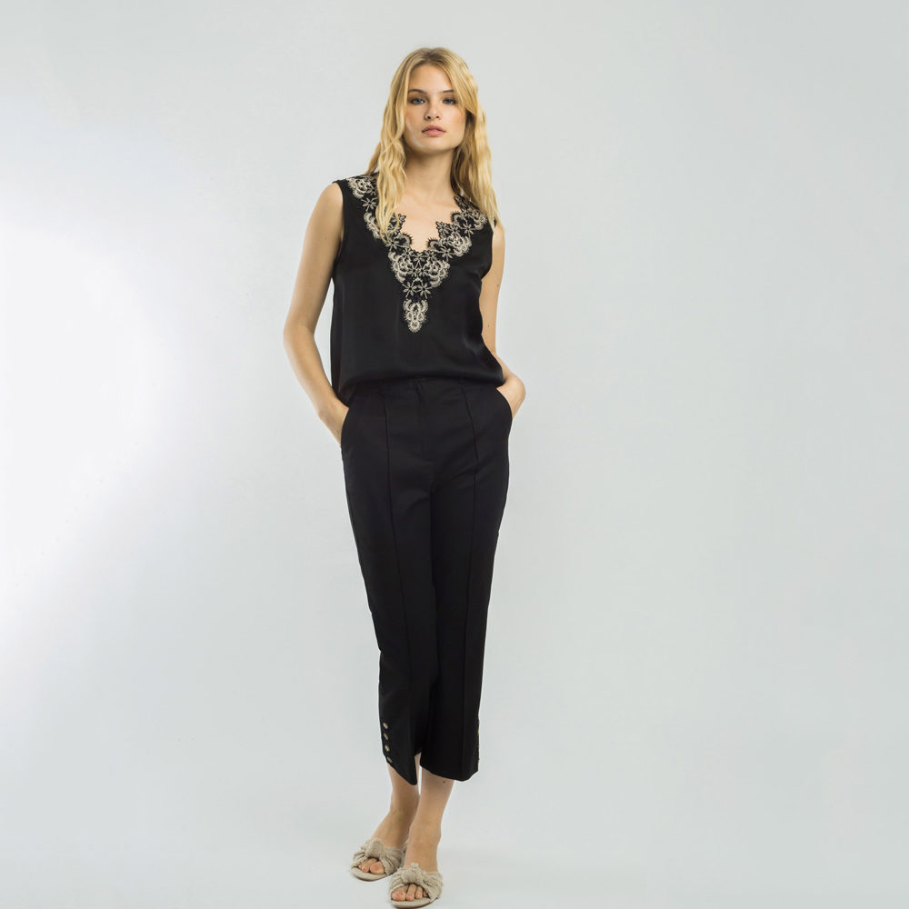 Blusa negra con puntilla en escote pico alba conde en gus gus boutique