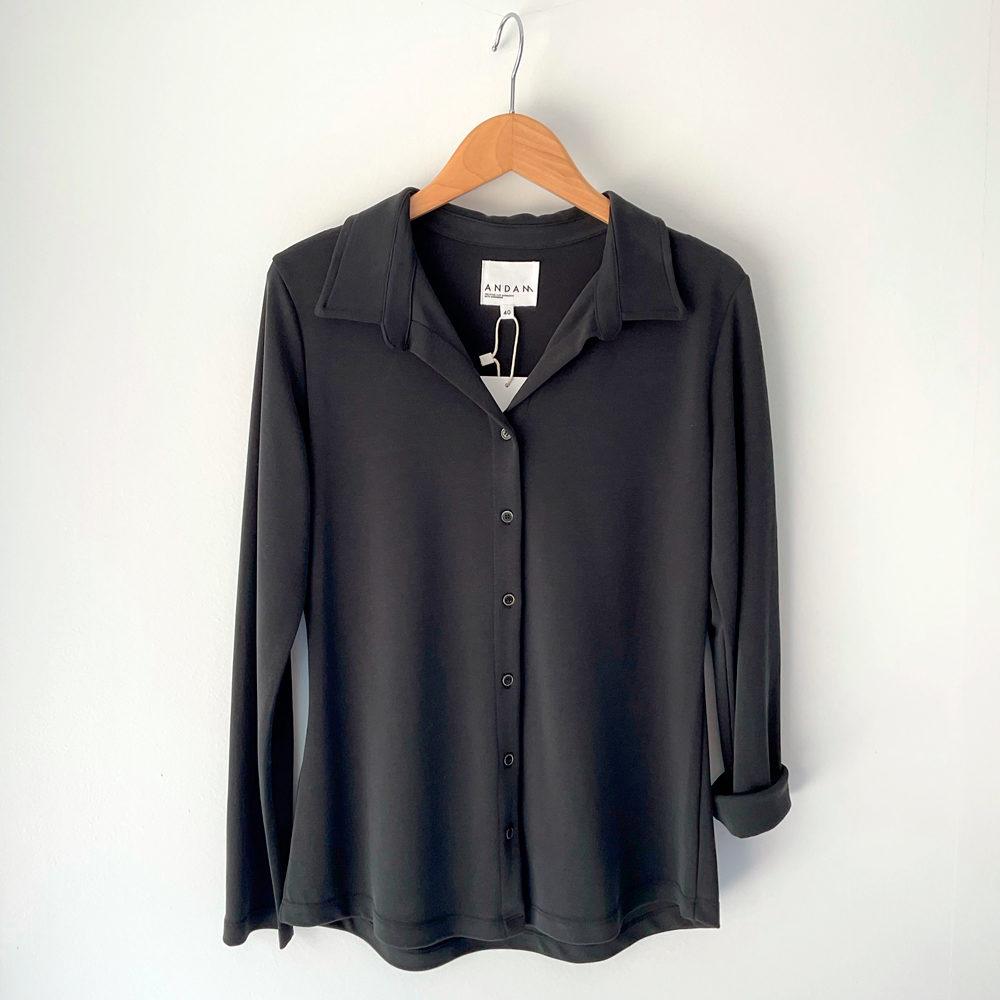 Camisa negra minimal en punto modal andam en gus gus boutique