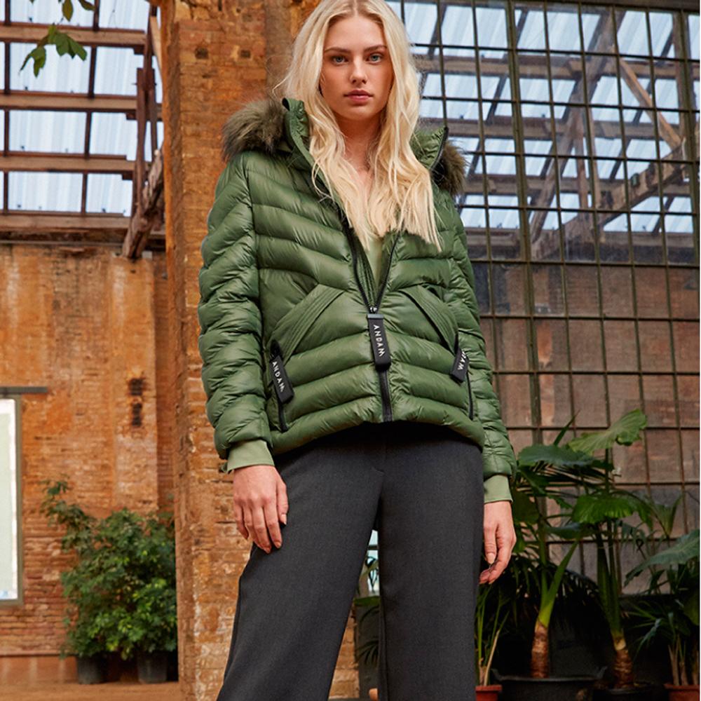 Parka corta verde con capucha de pelo Andam en gus gus boutique